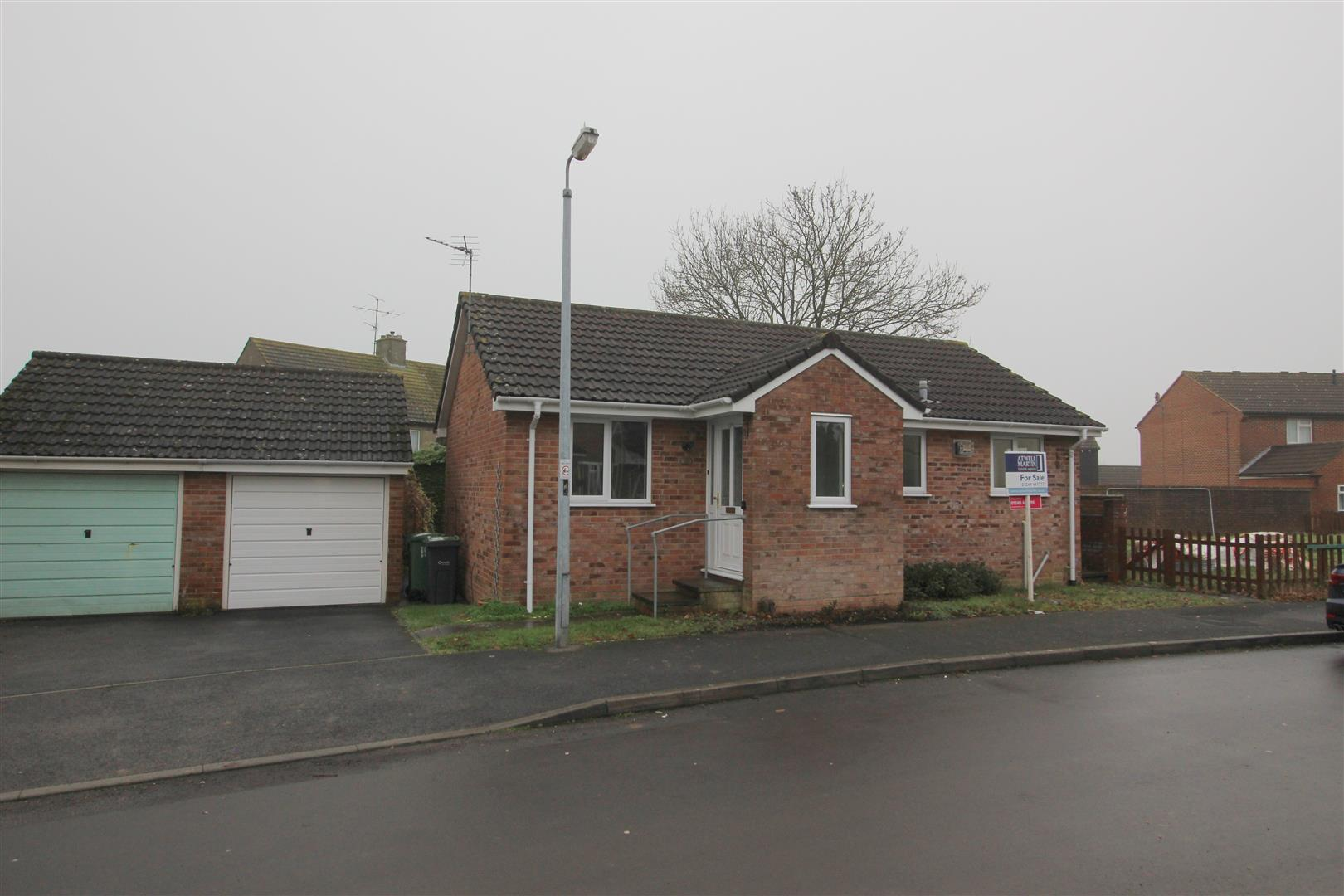2 Bedrooms Bungalow for sale in Crown Close, Chippenham